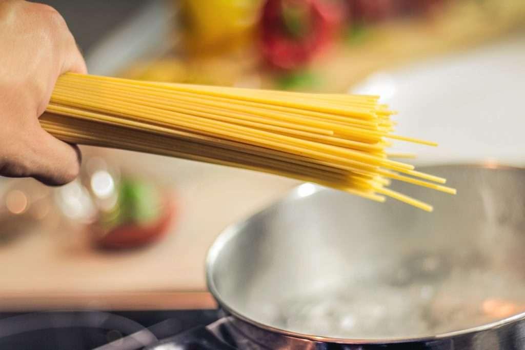 Improviser des repas savoureux, faire l'épicerie rapidement, cuisiner sans imprévus. Comment? Avec un garde-manger bien équipé!